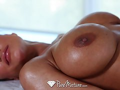 Busty brunette milf, Lisa Ann likes to have relaxing massage...
