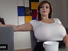 Сексуальная леди с большими сиськами пьёт чай...