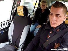 Чешская зрелая блондинка трахается в машине и наслаждается