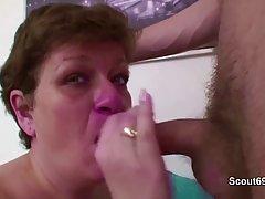 Зрелая толстая женщина трахается в попку и стонет от удовольствия
