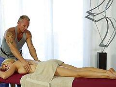Аликс Рысь трахаются во время массажа