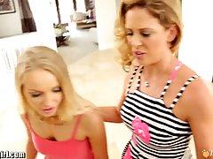 Две горячие блондинки удовлетворяют сексуальные потребности друг друга