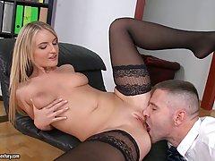 Молодая Джемма Валентина решила занятся анальным порно в офисе