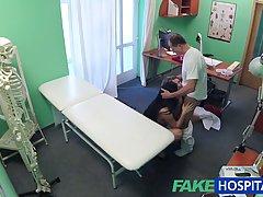 Непослушный медсестра и ее коллега с работы решили трахнутся втроем с пациентом