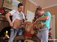 Красивая блондинка с большими сиськами Клариса Леоне удовлетворяет двух молодых парней