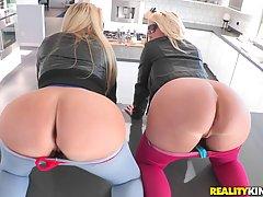 Две шикарные дамы показывают свои круглые задницы парню и они хотят трахаться