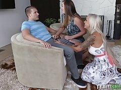 Грудастая блондинка сосет у любовника вместе со своей подругой