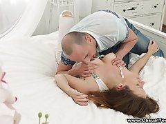 Кокетка переспала с женатым мужчиной и щелью довела его до б...