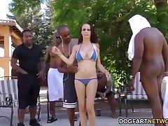 Сиськастая девушка Макензи ли сосет много черных членов рядом с бассейном