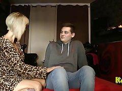 Зрелая блондинка в платье случайно занимается сексом с сыном своей лучшей подруги