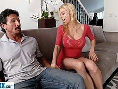 Жена с большими сиськами изменяет мужу с его лучшим человеко...