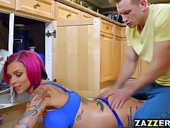 Красивая секси сучка в синем белье Анна Белл трахается на кухне с Биллом Бэйли