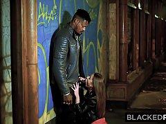 Худенькая девушка обожает трахаться в гостинице с чернокожим