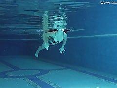 Молоденькая красавица купается в бассейне полностью голой