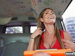 Девушка прямо в машине трусит большими сиськами во время секса