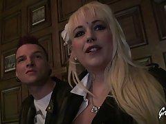 Зрелая блондинка согласилась на групповой трах с двойным проникновением