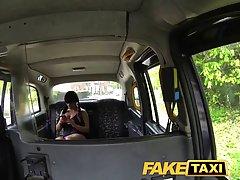Фигуристая брюнетка занимается сексом с незнакомцем в поддельном такси