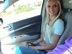 Очаровательная блондинка с красивой улыбкой получила в киску в машине просто для удовольствия