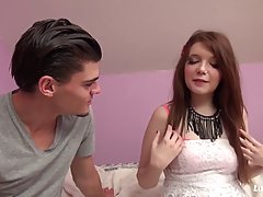 Любительская девушка трахается с парнем которого она только что встретила потому что она влюбилась в него