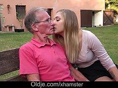 Старый парень трахает свежую девушку потому что он дал ей немного денег за это
