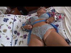 Пухлая зрелая женщина со светлыми волосами совершенно голая в постели рано утром