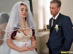 Невеста трахается с тамадой в номере отеля перед большим зер...