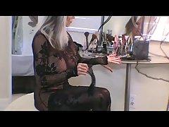 Горячая блондинка женщина носит прозрачное черное платье и занимается сексом с молодым парнем