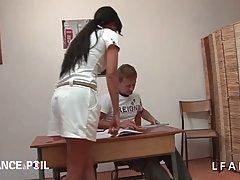 Учительница после уроков трахается с двумя студентами на сво...