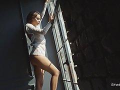 Девушка перед окном и в кровати показывает соло стриптиз и эротику