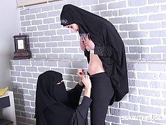 Две мусульманки в парандже трахаются с одним мужиком на общей кровати