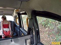 Зрелая тетка с огромными сиськами трахается в машине с таксистом