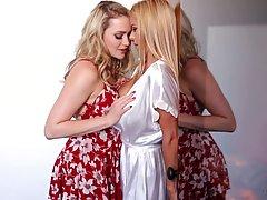 Две блондинки с большими сиськами после страстных поцелуев занялись лесбийскими ласками на кровати