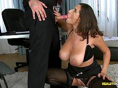 Сексуальную секретаршу в черных эротических чулках и подвязке трахает ее женатый бос как шлюху