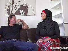 Арабка с огромными сиськами изменяетт своему мужу с развратным соседом