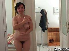 Зрелая дамочка выйдя из душа занялась сексом с другом своей дочери