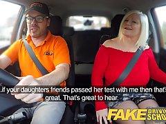 Зрелая дамочка обслуживает водителя такси в разных позах и доводит его до оргазма