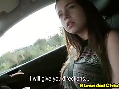 Парень снял молодую девушку для съемки порно от первого лица в своей машине