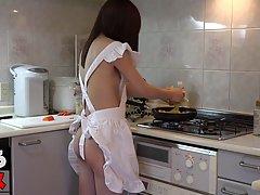 Азиатка на кухне подставляет свою киску для вагинала и оргазма с молодым парнем