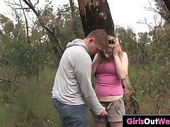 Блондинка вместе с другом в лесу занимаются классическим сексом