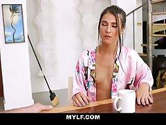 Брюнетка с самого утра кончает от хардкор секс с возбужденным парнем