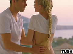 Блондинка устроила для своего друга на рассвете шикарный анальный секс