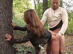 Зрелая дамочка в лесу скачет на члене мужика и принимает его...