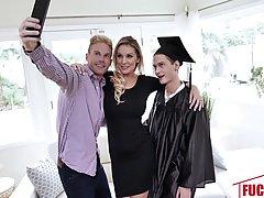 Мачеха с большими сиськами поздравляет своего пасынка с получением диплома