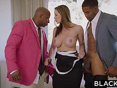 Горячая женщина в эротическом белье пригласила двух парней к себе чтобы ее поимели в течение всего дня
