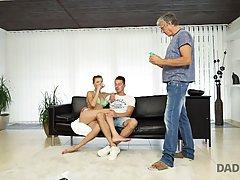 Молоденькая девушка соблазнила отца своего друга и трахнулась с ним на диване