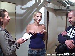Девушка предложила молодой паре сняться в порно ролике за деньги