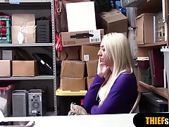 Девушка за воровство в магазине занимается с охранником хардкор сексом