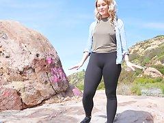 Белокурая телочка на природе показала большие сиськи, попу и устроила дрочку