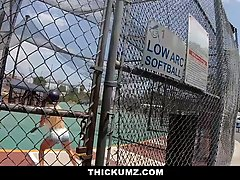 Бейсболистка после игры насаживает киску на большой пенис мужика