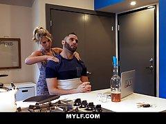 Бородатый муж после работы отымел во всех позах сисястую жену на кухонном столе